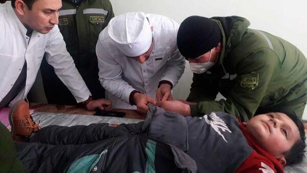 Сотрудники КЧС помогли мальчику освободить палец из гайки - Sputnik Тоҷикистон