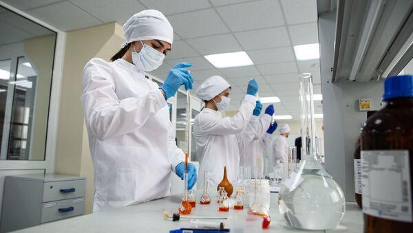 Сотрудницы в физико-химической лаборатории - Sputnik Тоҷикистон