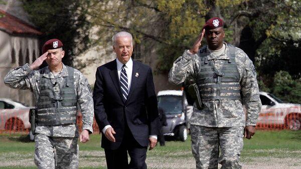 Вице-президент Джо Байден в сопровождении бригадного генерала Дэна Аллина (слева) и генерал-лейтенанта Ллойда Остина III осматривает войска во время церемонии приветствия XVIII воздушно-десантного корпуса из Ирака (8 апреля 2009). Форт-Брэгге - Sputnik Тоҷикистон