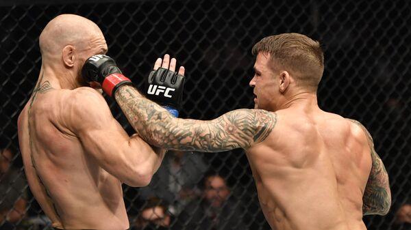 Дастин Порье наносит удар Конору МакГрегору в поединке во время мероприятия UFC 257 - Sputnik Тоҷикистон