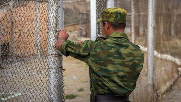 Пограничник республики Кыргызстан во время службы. Архивное фото - Sputnik Таджикистан