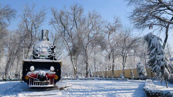 Паровоз в ЖД парке Душанбе зимой - Sputnik Тоҷикистон