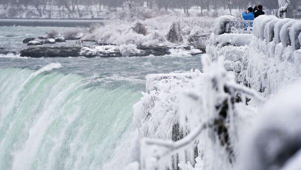 Фотографирование водопада Хорсшу-Фолс, который является частью Ниагарских водопадов в Канаде  - Sputnik Тоҷикистон