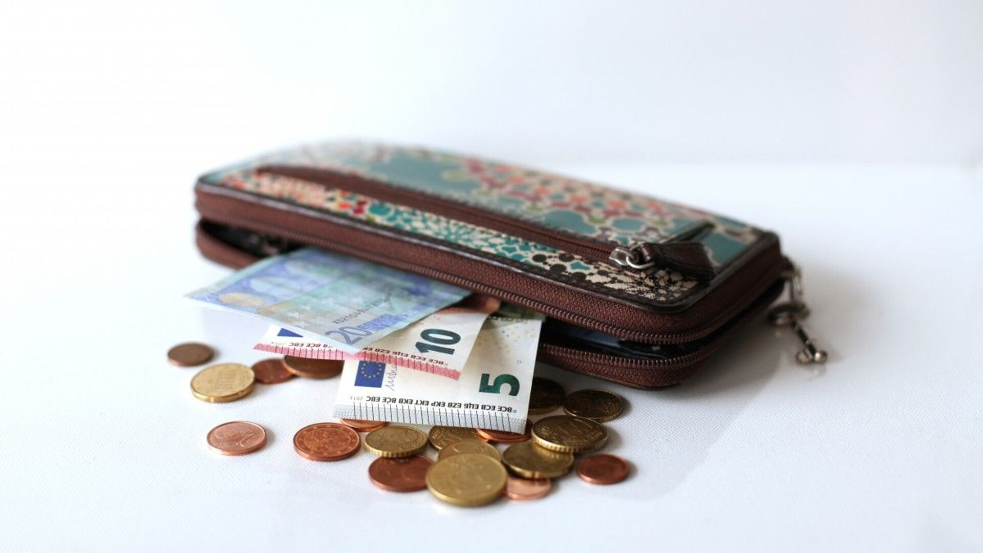 Деньги в кошельке - Sputnik Таджикистан, 1920, 27.07.2021