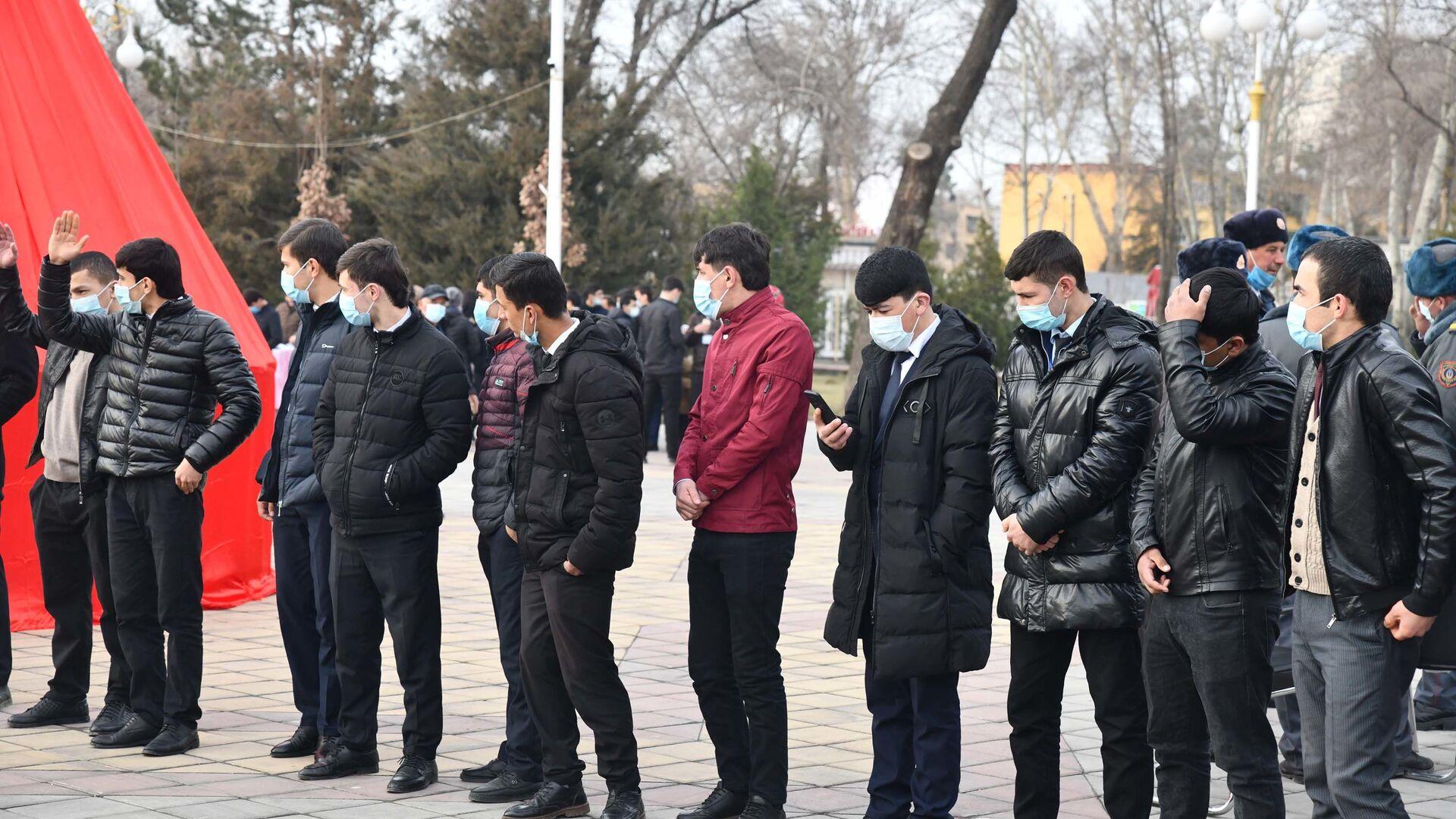 Молодые люди в Душанбе на празднике Сада - Sputnik Таджикистан, 1920, 08.04.2021