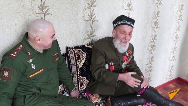 Командир 201-й РВБ поздравил 109-летнего ветерана-участника Сталинградской битвы - Sputnik Тоҷикистон