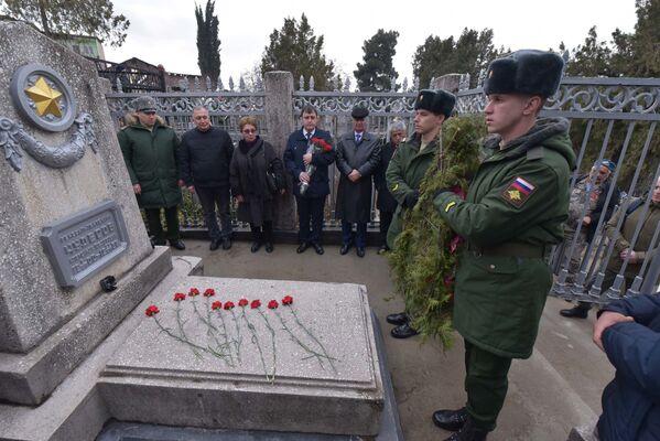 К могиле Александра Чудесова также торжественно возложили венок - Sputnik Таджикистан