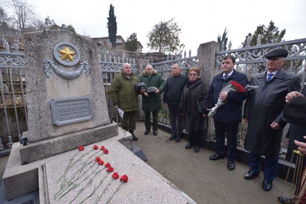 Возложение цветов к могиле Александра Чудесова в Душанбе - Sputnik Таджикистан