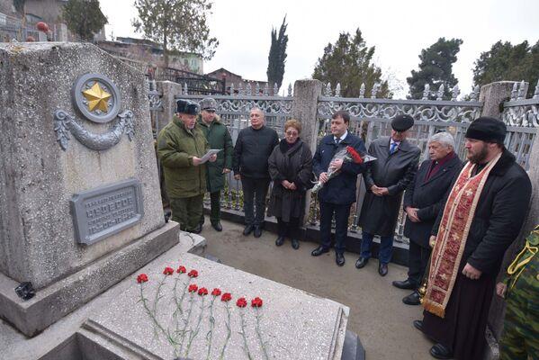 Российские военные возложили цветы к могиле Александра Чудесова - Sputnik Таджикистан