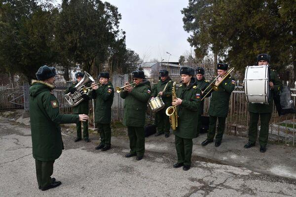 Над кладбищем звучала музыка: играл военный оркестр - Sputnik Таджикистан