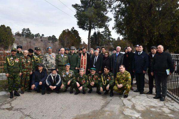 Российские военные на групповом фото после возложения цветов к могиле Александра Чудесова - Sputnik Таджикистан
