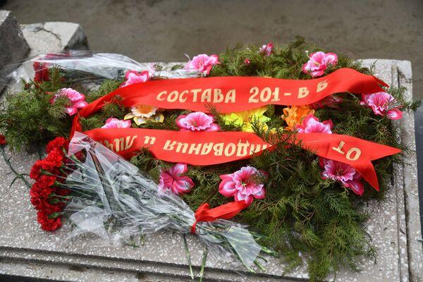 Торжественное возложение цветов к могиле Александра Чудесова - Sputnik Таджикистан