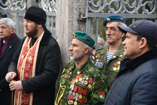 Российские военные и ветераны на возложении - Sputnik Таджикистан