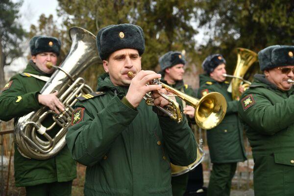 Российские военные играли фронтовые мелодии - Sputnik Таджикистан