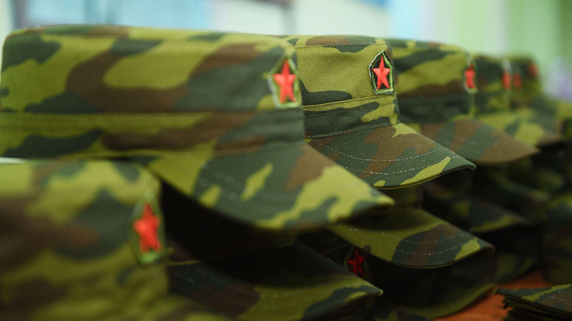 Армейские фуражки на фабрике в Согдийской области - Sputnik Таджикистан, 1920, 17.08.2021