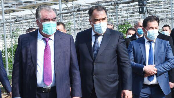 Президент Эмомали Рахмон и председатель Согдийской области Раджаббой Ахматзода - Sputnik Таджикистан