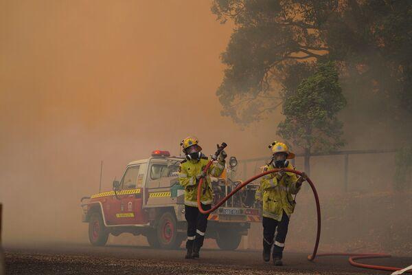 Австралийские пожарные готовятся гасить лесной пожар - Sputnik Таджикистан