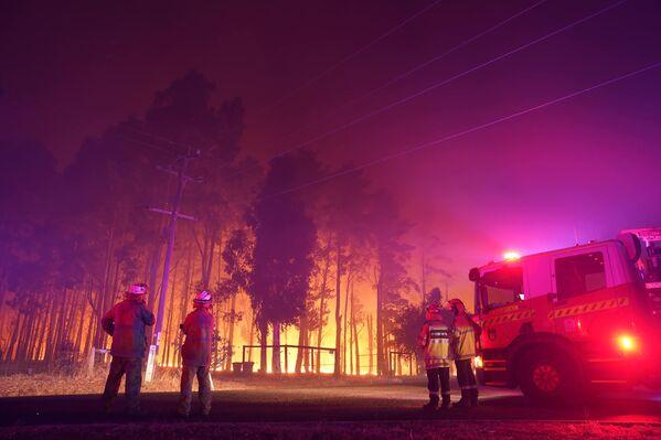 Пожарные на пожаре в Вуроло, недалеко от Перта, Австралия - Sputnik Таджикистан