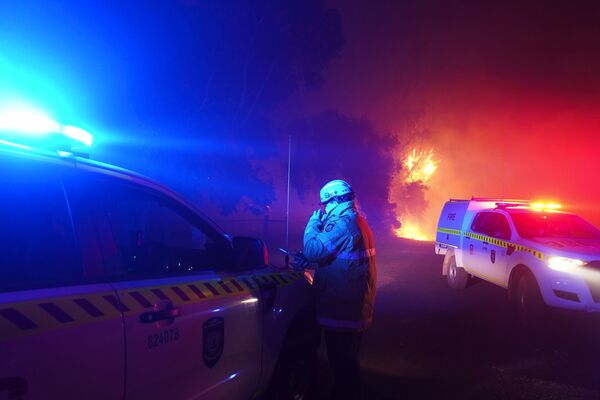 Пожарный на тушении пожара в Вуроло, недалеко от Перта, Австралия - Sputnik Таджикистан