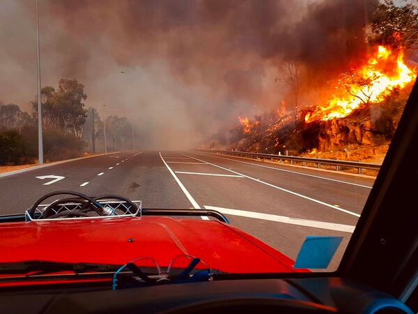 Лесной пожар у дороги в Вуролоу, недалеко от Перта, Австралия  - Sputnik Таджикистан