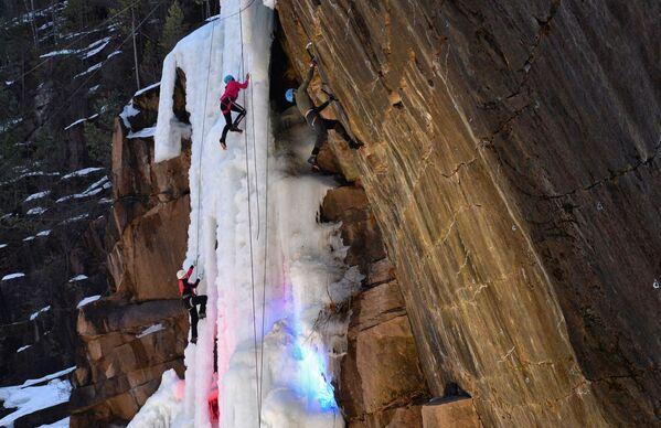 Участники соревнуются на вертикальном ледопаде в дисциплине ледолазание и на гранитной скале с отрицательным уклоном в дисциплине драй-тулинг - Sputnik Таджикистан