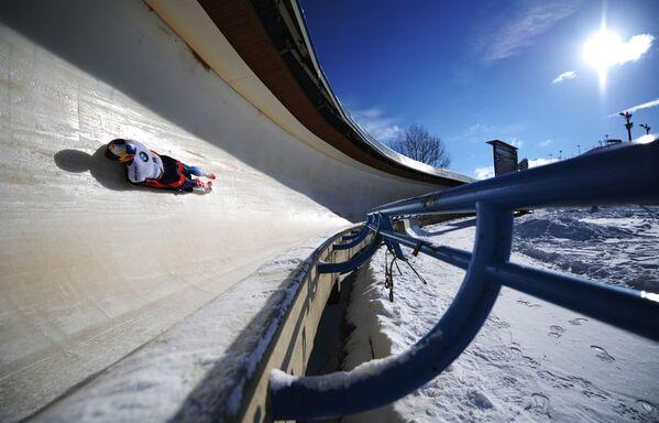 Никита Трегубов (Россия) на трассе во время второго заезда соревнований по скелетону среди мужчин - Sputnik Таджикистан