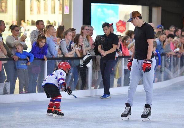 Российский хоккеист Евгений Малкин во время мастер-класса для детей на катке Ледо - Sputnik Таджикистан
