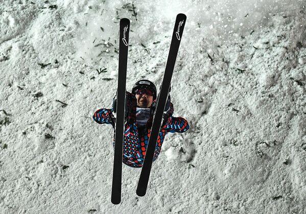 Павел Кротов (Россия) выступает в финале дисциплины лыжная акробатика среди мужчин на этапе Кубка мира - Sputnik Таджикистан