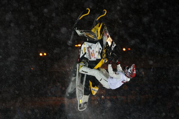 Фристайл-шоу на снегоходах - Red Bull Revolution on Machines в рамках Финала Кубка мира по сноуборду - Sputnik Таджикистан
