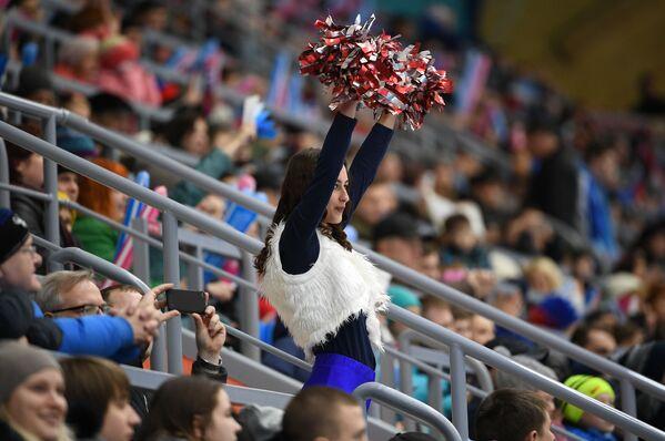 Девушка из группы поддержки во время матча группового этапа соревнований по хоккею с мячом среди женщин - Sputnik Таджикистан
