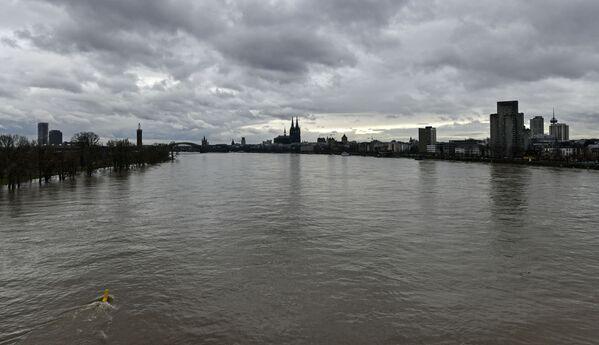 На Рейне в Дуйсбурге находится крупнейший речной порт Европы. Каждый день по реке, например, на участке между Майнцем и Кобленцем, проходит около 200 кораблей - Sputnik Таджикистан