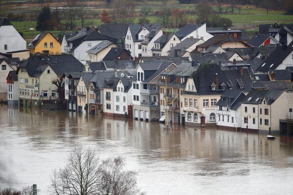 Берега Рейна затоплены в Нидерверте. Как говорят в Германии, жить на Рейне - жить вместе с Рейном - Sputnik Таджикистан