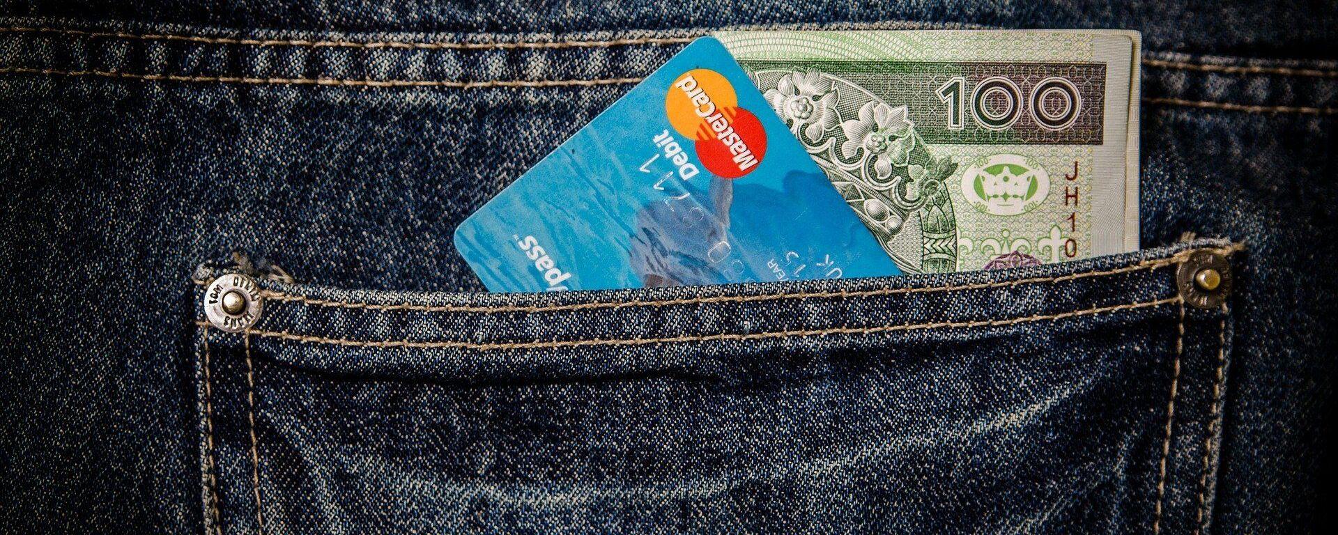 Банковская карта и деньги в заднем кармане - Sputnik Таджикистан, 1920, 08.02.2021