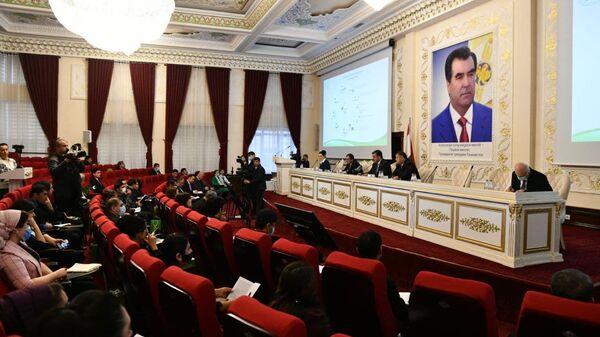 Пресс-конференция председателя правления Амонатбанка - Sputnik Таджикистан
