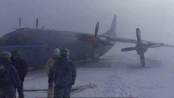 Жесткая посадка вертолета АН-12 на Курилах - жуткое видео - Sputnik Тоҷикистон