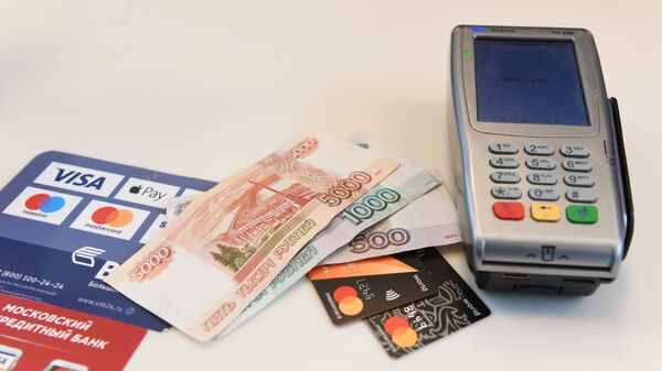 Терминал оплаты банковскими картами и денежные купюры - Sputnik Таджикистан
