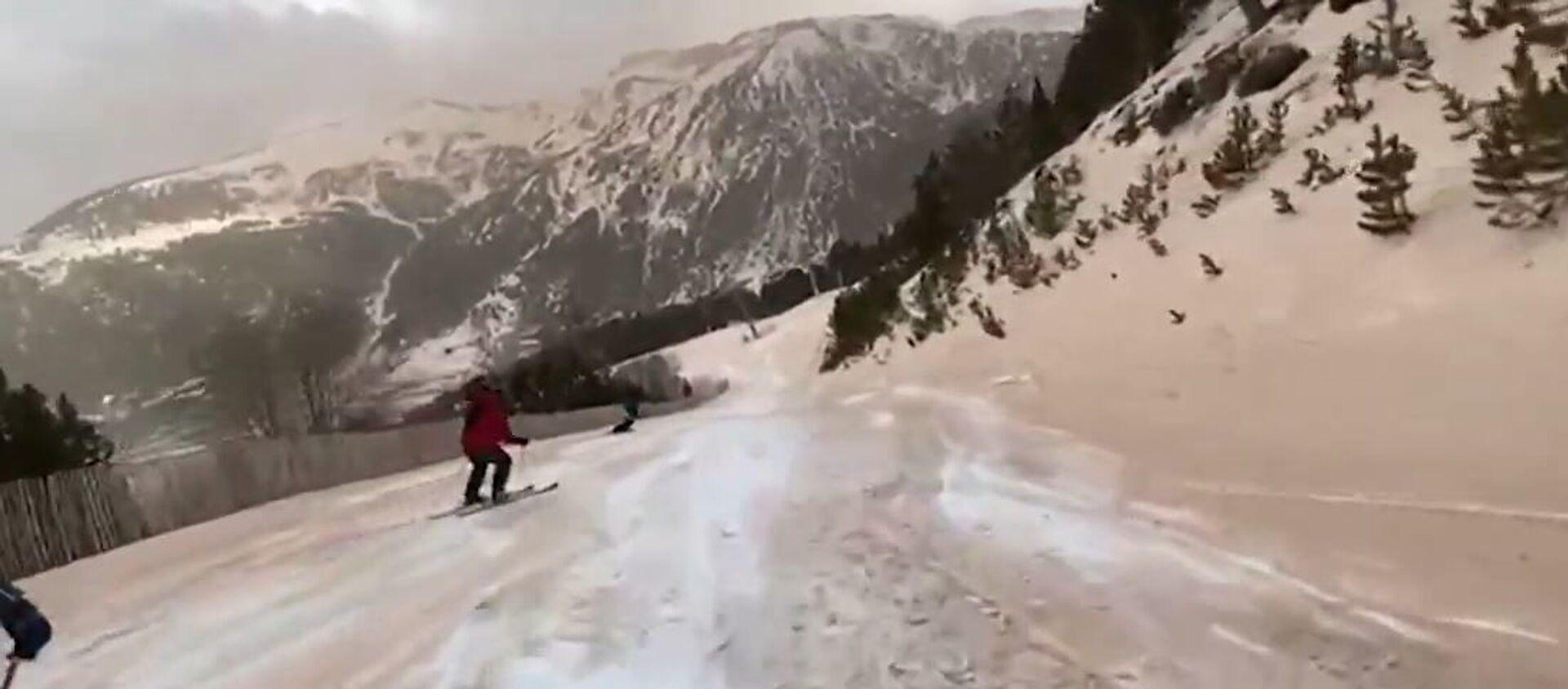 Пустыня на лыжне: облако пыли из Сахары припорошило горнолыжный склон - Sputnik Таджикистан, 1920, 11.02.2021