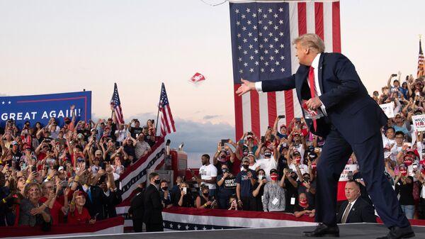 Президент США Дональд Трамп на митинге во время кампании в международном аэропорту Орландо Сэнфорд в Сэнфорде, 2020 год - Sputnik Таджикистан