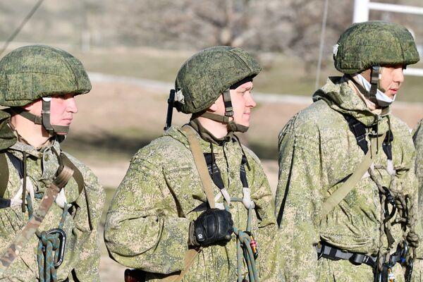 Военнослужащие мотострелковых подразделений 201-й РВБ провели плановые учения на полигоне Ляур в Таджикистане - Sputnik Таджикистан