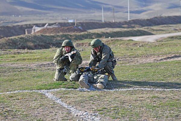 Российские мотострелкивыполнили упражнения по контрольной стрельбу из ручных противотанковых гранатометов РПГ-7В - Sputnik Таджикистан