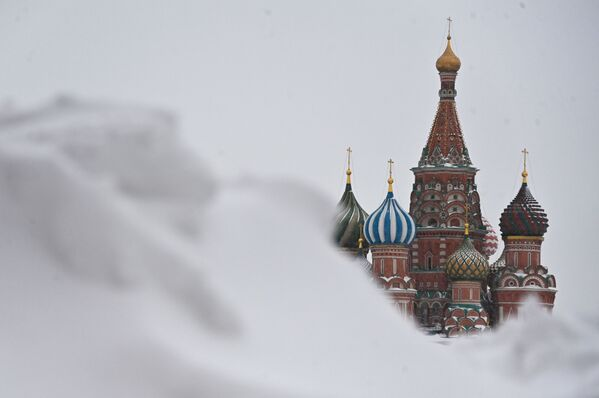 Собор Василия Блаженного на Красной площади в центре Москвы едва виден из-за сугробов - Sputnik Таджикистан