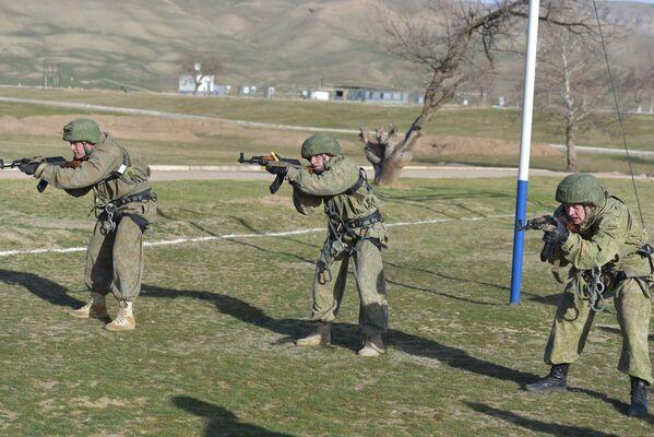 Военнослужащие 201-й РВБ на учениях применяли ночные приборы прицеливания и наблюдения, и ведение огня со сменой позиций по движущимся целям - Sputnik Таджикистан