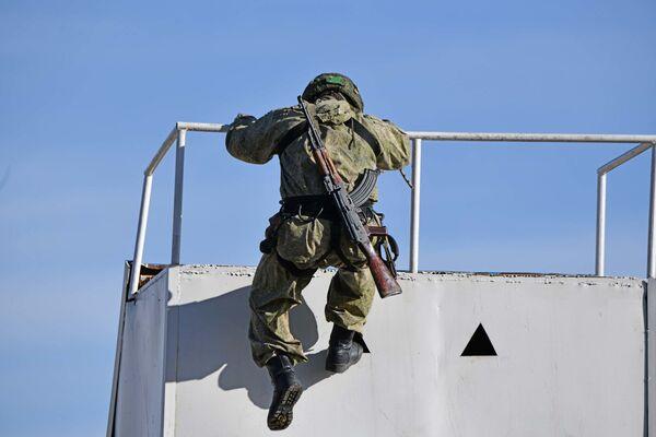 С помощью техники бойцы вели наступательный и оборонительный бойс небольшими группами условных боевиков в горных условиях - Sputnik Таджикистан