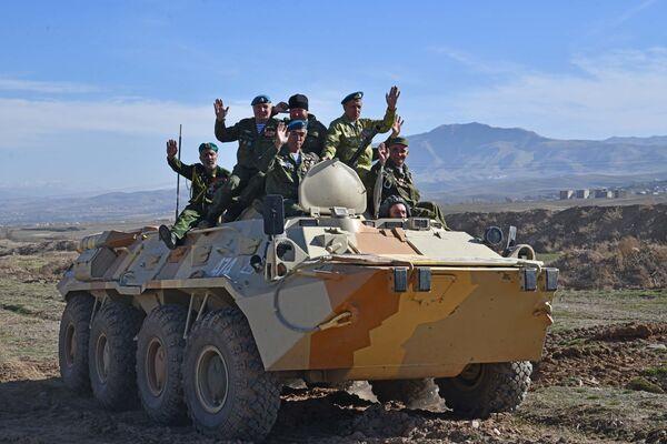 Военные отработали задачи по ведению визуальной разведки, определению расстояния до целей, также отточилинавыки применения штатного вооружения - Sputnik Таджикистан