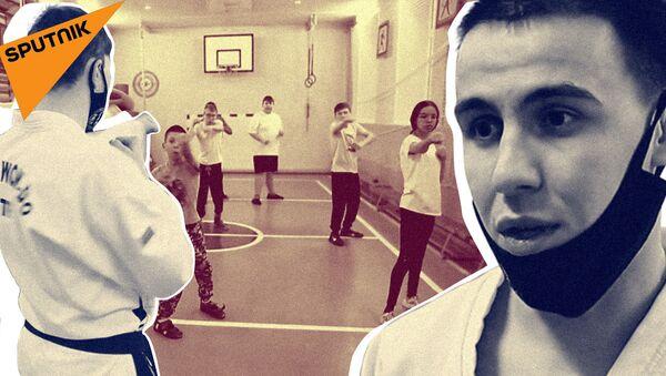 Двое тренеров обучают тхэквондо детей с особенностями развития - Sputnik Таджикистан