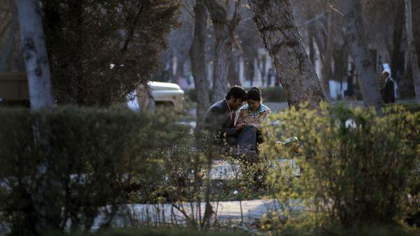 Мужчина и женщина в парке имени Тельмана в Ташкенте, 1978 год. - Sputnik Тоҷикистон