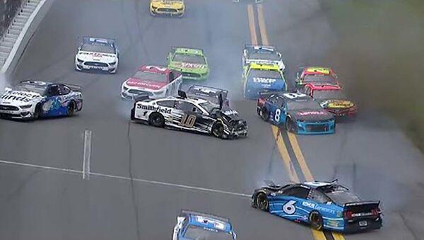Неудачный обгон привел к столкновению 16 машин в гонке NASCAR - YouTube - Sputnik Тоҷикистон