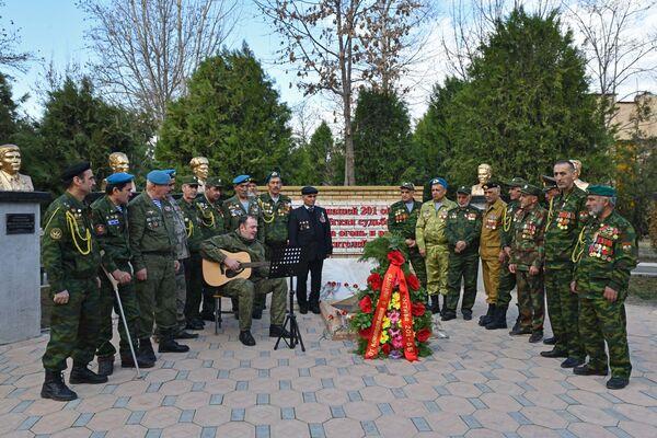 Участники мероприятия, посвященного памяти воинов-интернационалистов - Sputnik Таджикистан