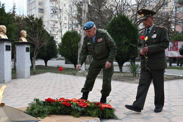 Ветеран возлагает цветы к Вечному огню в память о воинах-интернационалистах - Sputnik Таджикистан