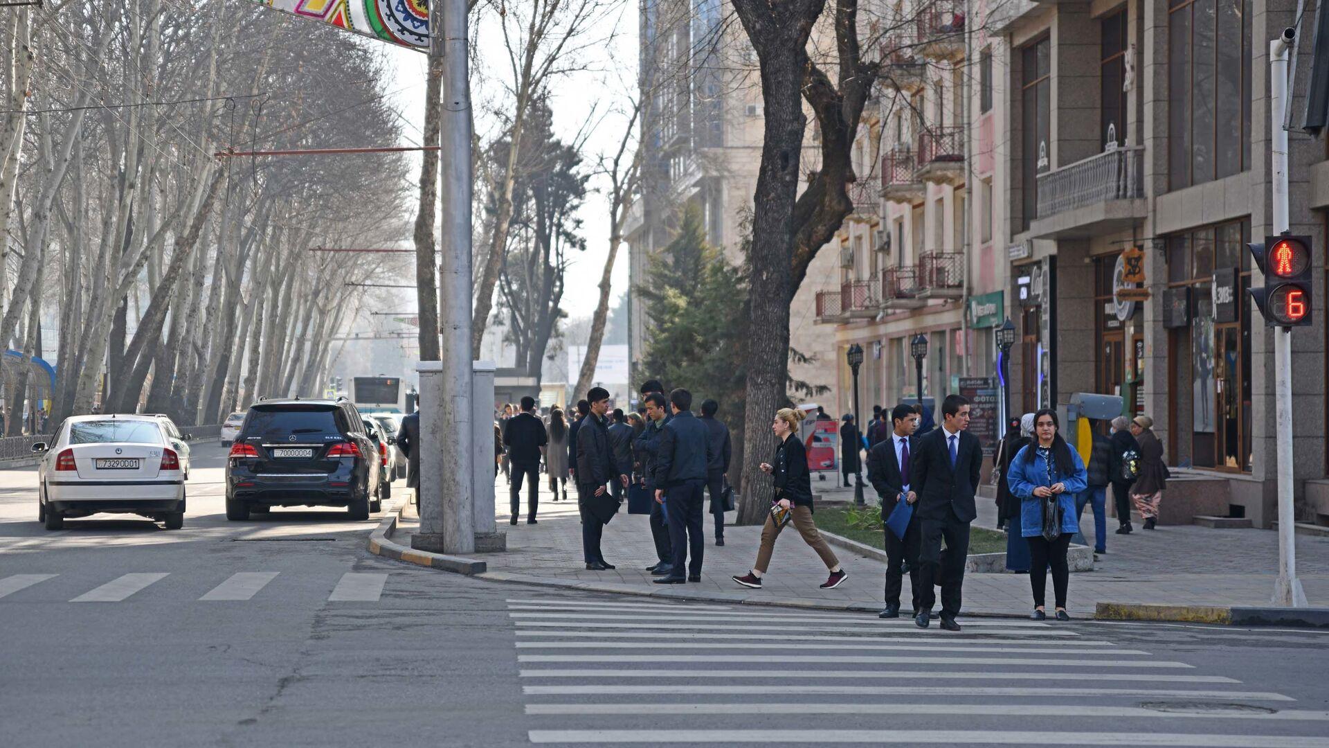 Пешеходы на улице - Sputnik Таджикистан, 1920, 13.10.2021